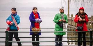 Chinese women at West Lake, Hangzhou (Zhou Jia, Flickr)